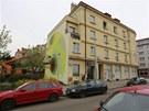 Na domě v Mrštíkově ulici ve Strašnicích vytvořil během víkendu přední český