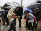 Čína se pomalu ale jistě vzpamatovává ze sobotního ničivého zemětřesení (23.