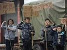 Děti z provincie S'-čchuan salutují záchranářům (23. dubna)