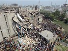 Des�tky lid� zahynuly a dal�� stovky byly zran�ny p�i kolapsu budovy v