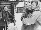 Loučení s Jurijem Judinem. Vlevo Djytlov, nemocného parťáka objímá Dubininová.