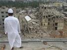 Bangladéšan se dívá na místo neštěstí, kde se zřítila osmipatrová budova (27.