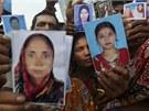 Příbuzní pohřešovaných ze zřícené budovy s fotografiemi svých drahých (27.
