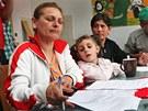 Romové podepisují nové nájemní smlouvy do domu v Přednádraží. (29. dubna 2013)