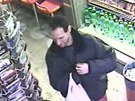 Záběry z bezpečnostní kamery, která zachytila oba lupiče. Policie po nich pátrá.