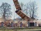 Odstřel komína v areálu bývalé továrny Perla v Rychnově nad Kněžnou. (22. 4.