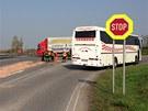 Nehoda dvou aut a autobusu plného dětí u Nové Vsi na Mělnicku. (22. dubna 2013)