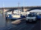 Policisté vyšetřují u Vltavy poblíž Palackého mostu nález mrtvoly. (26. dubna