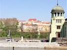 Policisté vyšetřují nález mrtvoly ve vodní elektrárně Štvanice. (26. dubna 2013)