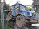N�raz traktor odmr�til a stroj poni�il i oplocen� zahrady.