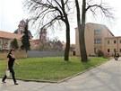 Naopak několik velkých stromů zmizelo z prostranství před školou.