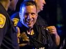 Policisté se radují krátce po zadržení Džochara Carnajeva, kterého podezírají z