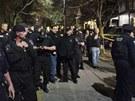 Američtí policisté stojí v bostonské čtvrti Watertown před domem číslo 67 ve