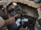 Záchranáři tři dny po zřícení budovy v Dháce vyprostili z trosek 45 živých lidí.