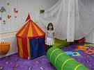 S investicí do vybavení školičky pomohla Ester Šilhavé její rodina. Celkvové vybavení prostor včetně hraček přišlo na 100 tisíc korun.