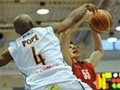 Děčínský basketbalista Patrick Pope blokuje Josefa Příhonského z Pardubic.