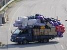 Jihokorejci opouštějí průmyslový areál Kesong v KLDR. V autech a nákladních