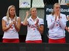 PODPORA. �esk� tenistky Hradeck�, Hlav��kov� a Kvitov� fand� Lucii �af��ov�.