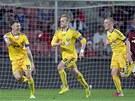 VEDEME! Fotbalisté Jihlavy - zleva Šimonek, Vaculík a Karlík - se radují z gólu