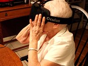 Seniorka vůbec poprvé zkouší virtuální realitu.