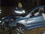 Hasiči havarovaný vůz u Turnova převrátili zpět na kola a odtáhli ho k silnici.