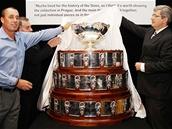 Ivan Lendl a ��f �US Miroslav Jansta odhaluj� Davis Cup v pra�sk�m Obecn�m dom�.