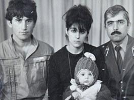 Snímek z rodiného alba Carnajevových. Tamerlan je uprostřed dole na klíně své...