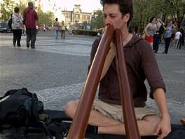Pouliční umělec v centru Prahy.