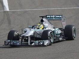 DO ZATÁČKY. Nico Rosberg vede startovní pole při Velké ceně Bahrajnu.
