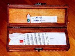 Krabička s čipem, kterou ostravskému primátorovi předali zástupci petičního výboru proti plošnému čipování psů. (24. dubna 2013)