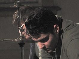 Emil a Jakub přidali k sadě hrnců po babičce také klávesy a šermířské kousky s