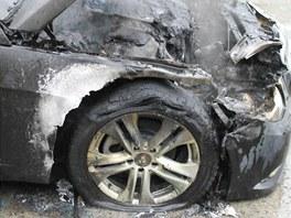 Požár mercedesu na dálnici D5 u Benešovic na Tachovsku.