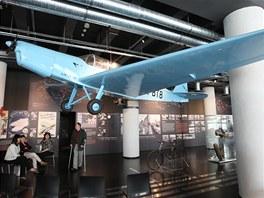 Nad návštěvníky je zavěšené letadlo Zlín 12.