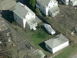Na mapě Bing je vidět dům s lodí na zahradě, kde pravděpodobně policie zadržela