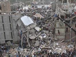 V osmipodlažní budově Rana Plaza, která spadla na dháckém předměstí Savar, bylo