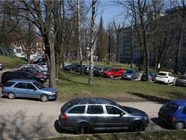 Areál olomoucké fakultní nemocnice je plný aut, nové parkoviště se 430 místy