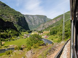 Flamská železnice stoupá od fjordu do hor.