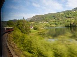 Vlak uhání směrem k městečku Voss.