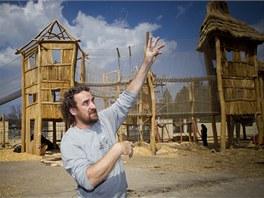 Ředitel zoo Přemysl Rabas ukazuje nový hrad.