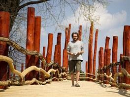 Ředitel zoo Přemysl Rabas ukazuje novou lávku v areálu.