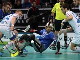 Momentka z finále florbalové extraligy mezi Vítkovicemi a Chodovem (v bílém).
