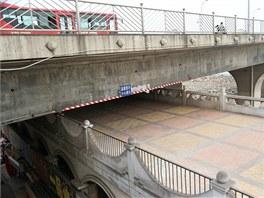 Čínští projektanti navrhli v městě Nan-ningu příliš nízký nadjezd.