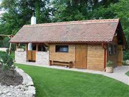 Z dřevníku je domek pro hosty.
