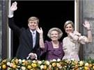 Odcházející nizozemská královna Beatrix (uprostřed), její syn a nástupce