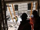 Hasiči odklízejí sutiny z domu v pražské Divadelní ulici, ve kterém vybuchl...