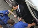 Policisté přivezli Davida Ratha na Krajský soud v Praze. (30. dubna 2013)