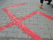 Na první velký hákový kříž upozornili zákazníci chomutovského Lidlu.