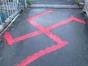 Další velký hákový kříž byl na nadchodu vlakového nádraží.