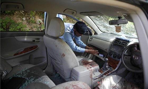 Rozstřílené auto pákistánského žalobce Čaudhrího Zulfikara (3. května 2013)