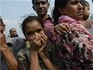 Bangladéšané se snaží identifikovat své blízké, kteří zahynuli v troskách